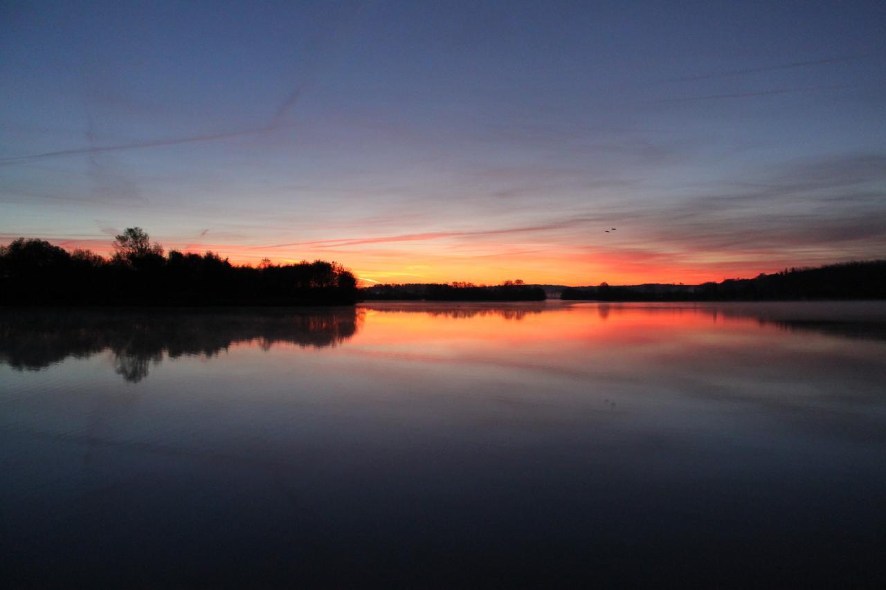 Lever de soleil sur le lac de la Rougeraie à la Chartre sur le Loir
